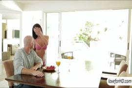 سكس إمرأة كبيرة خلسة تحت الطاولة